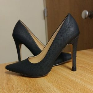 Textured classic black pumps